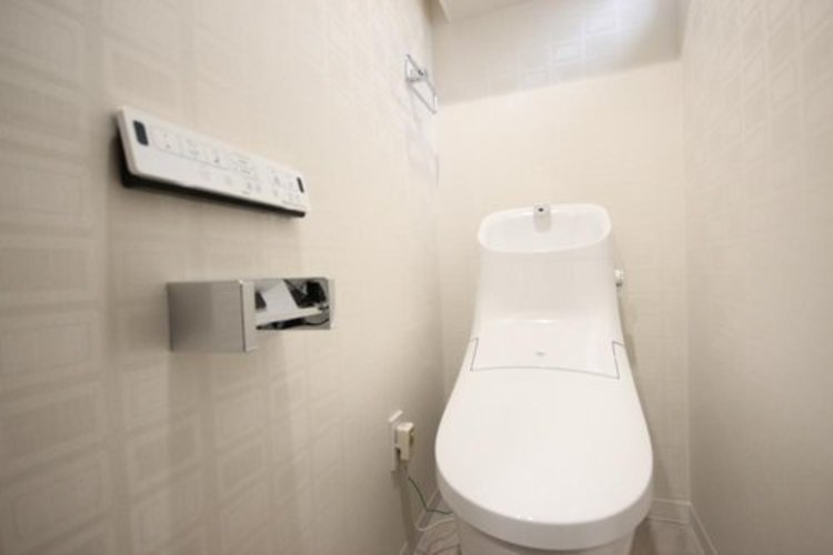 白を基調とし、清潔感のある空間に仕上がりました。人気のウォシュレットタイプを採用。