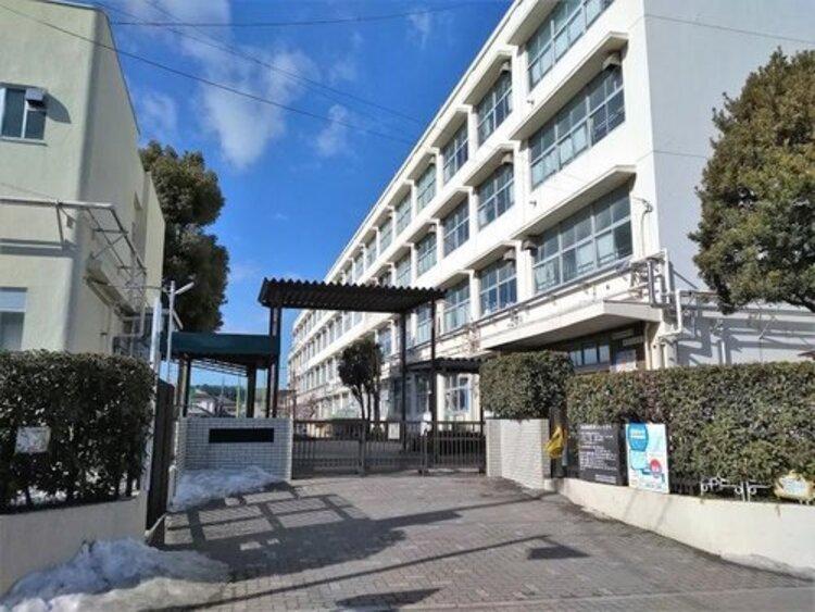 横浜市立新吉田小学校まで1312m。しんけん なかよし だいすき 〜 全力で取り組み、力を合わせて、お互いに認め合う子どもを育てます。