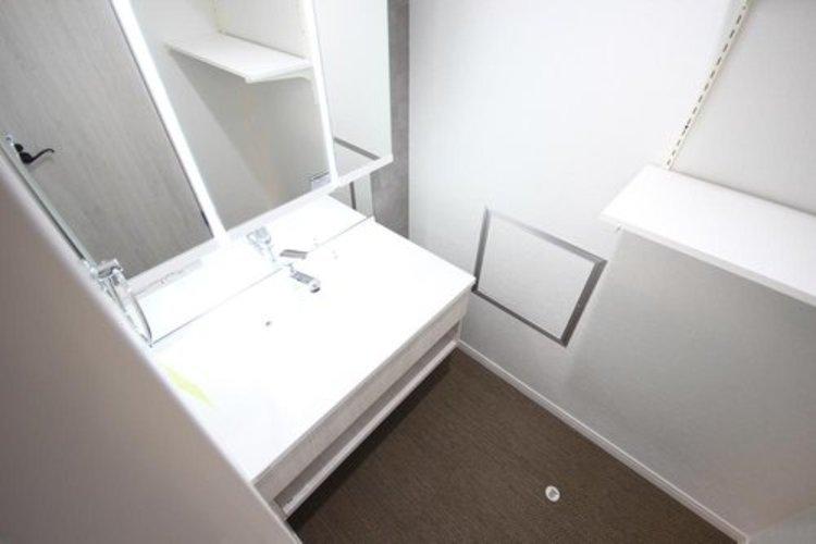 大きく見やすい三面鏡で清潔感ある洗面台は、身だしなみチェックや肌のお手入れに最適です。何かと物が増える場所だからこそ、スッキリと見映えの良い空間に拵えました。