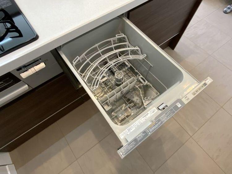 食器を洗っている間にお掃除など、様々なシーンで時短に役立つ食洗機。省スペースのビルトインタイプ。
