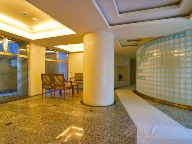 エントランス内は、シンプルながらも格調高い雰囲気を漂わせて上質な空間を作り出します。