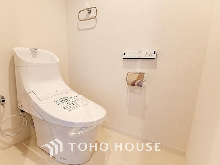 トイレはシンプルにホワイトで統一。多機能型の温水洗浄付きトイレを標準設置しています。