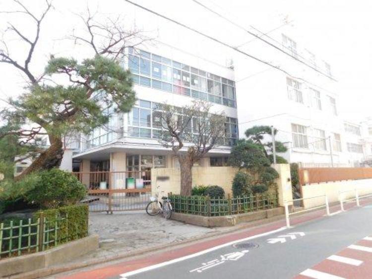 大田区立入新井第二小学校まで490m。教育目標 やさしい子 考える子 健康な子。