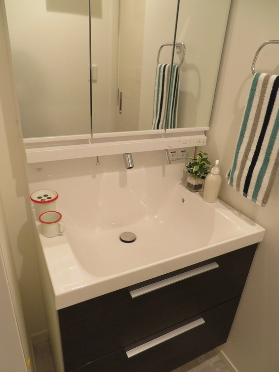 機能的でありながらシンプルなスタイルの洗面化粧台