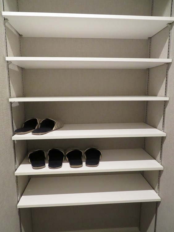 玄関横には収納棚があり、脱ぎっぱなしになりがちな靴をスッキリしまえます