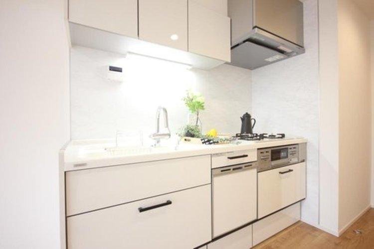 明るい自然光が入る作業スペースを多くとった壁付けキッチン採用。夫婦揃ってキッチンに立っても調理がしやすく、家事をしながら会話も弾みます。食器類もすっきりと片付く収納力。