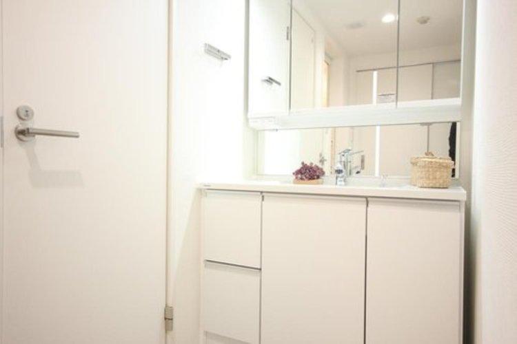 気持ちの良い朝を毎日ご自宅で。十分な大きさの洗面台は、身だしなみチェックや歯磨きなど、朝の慌ただしい時間も余裕とゆとりを感じて頂けます。