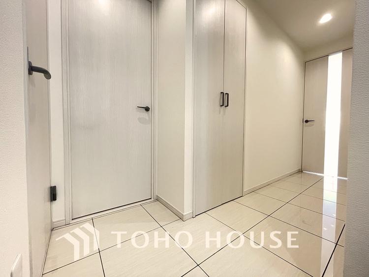 白で統一されたすっきりとした廊下