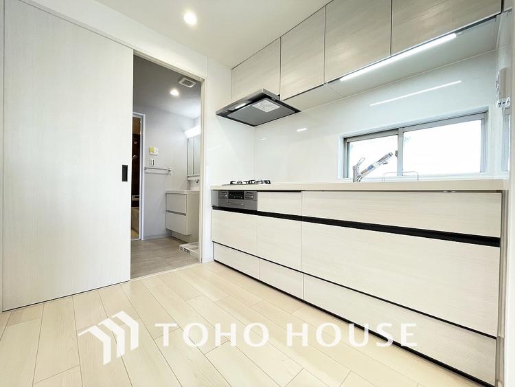 家事導線を考慮したキッチンスペースは洗面室へと繋がります