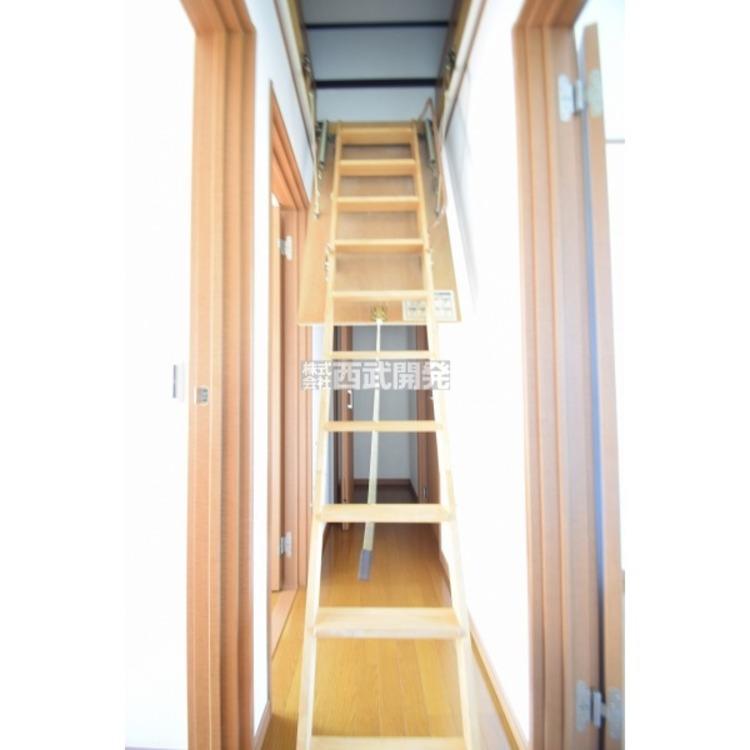 二階廊下部分から上れるグルニエ(屋根裏収納)です。普段使わない季節物を収納しておくのに便利なスペースです。