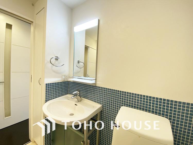 青いタイルが特徴的な洗面室