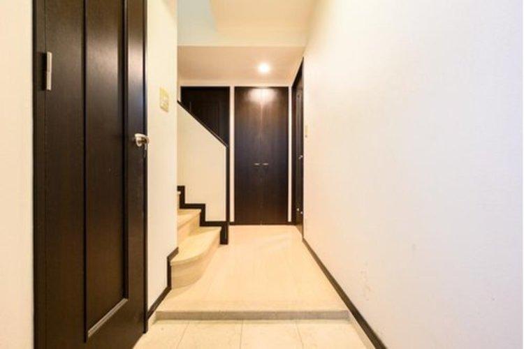 上質感漂う玄関。玄関から直接お部屋に行ける、プライベートを確保しやすい間取りとなっております。