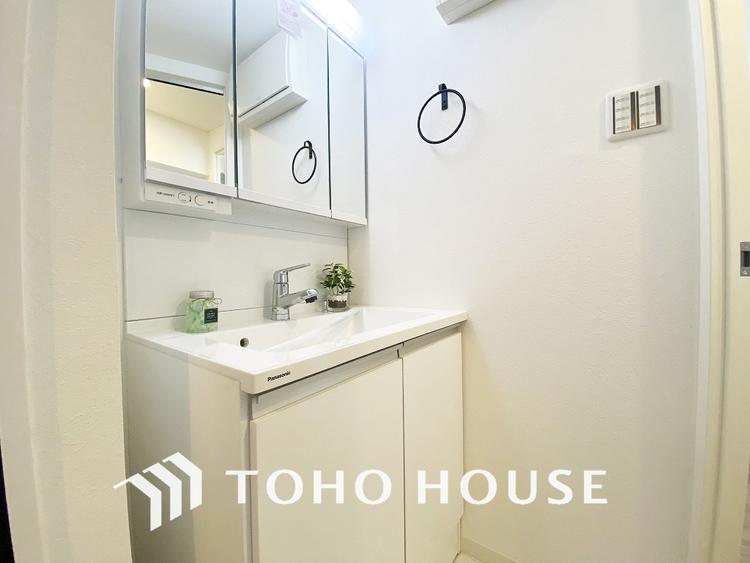 白を基調とした清潔感のある洗面室で朝の身支度を