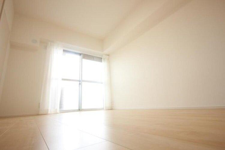 プライベートなお部屋では静かに時を過ごしたい。読書をして、物思いにふける・・光りに満たされた安らぎの空間を演出しています。