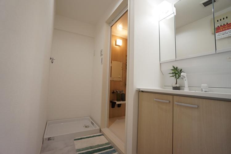 洗面所奥に洗濯機置き場があります
