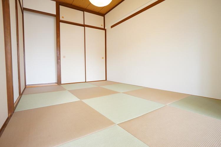 琉球風リノベーション畳新規交換。照明もオシャレですね。