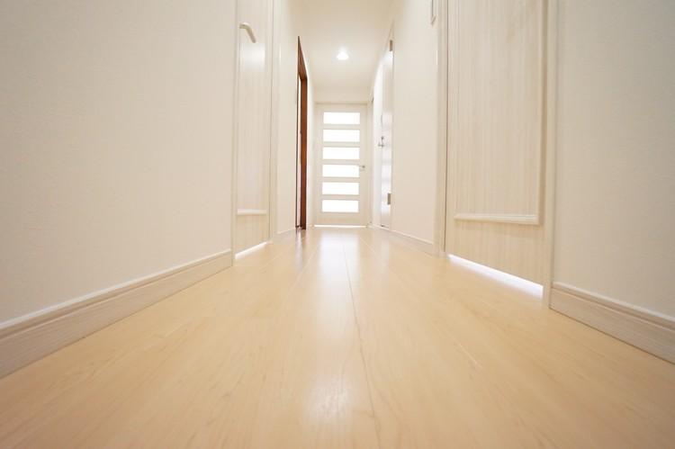 廊下。明るい雰囲気で、帰宅した瞬間に疲れがとれそう♪