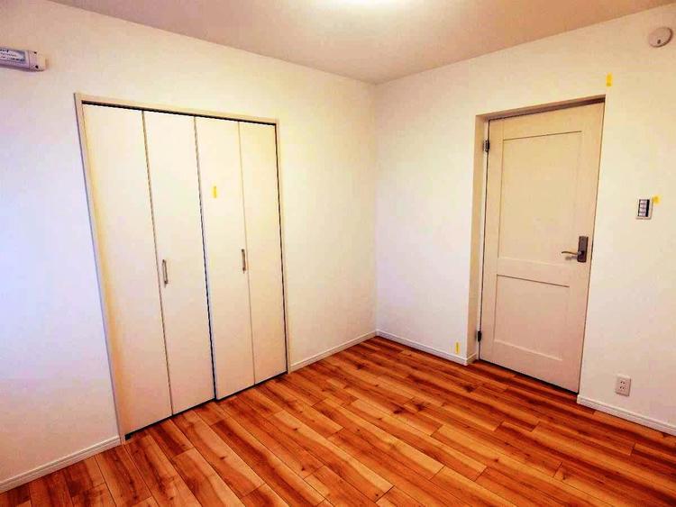 約5帖の洋室です。こちらの部屋もクローゼット付きです。