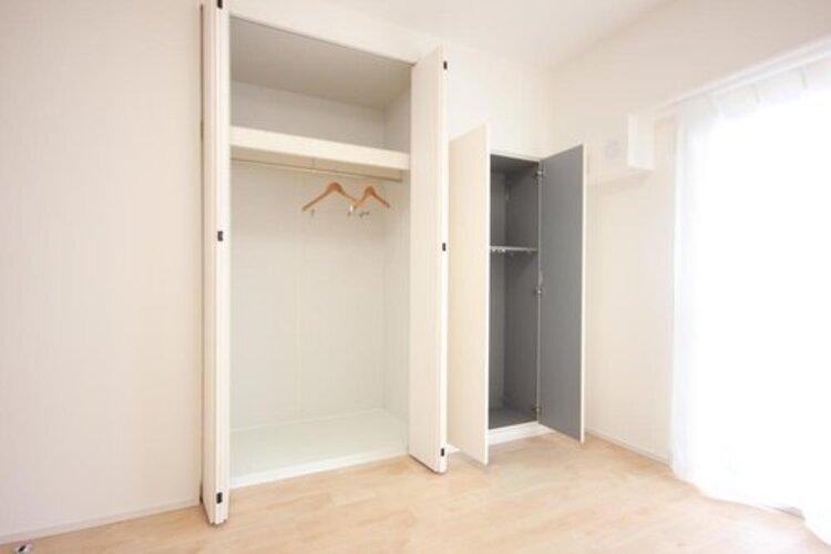 壁面クローゼットのメリットは、衣類が横一列に並ぶためひと目で洋服が選びやすいこと。衣類をたくさんお持ちの方も、限られたスペース内に無理なく収納することができます。
