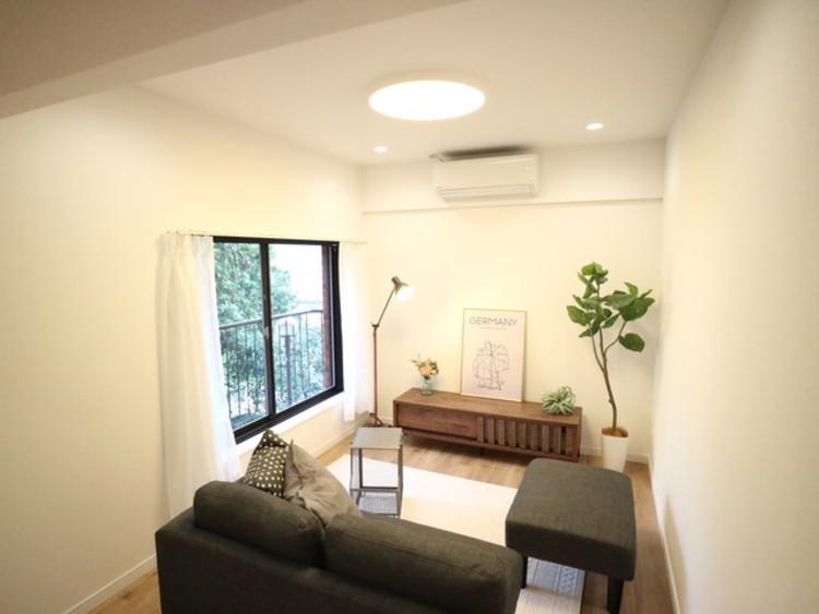 お気に入りのソファでくつろぐ時間。柔らかな光の下で静かなひととき。自分スタイルをかなえられる空間。