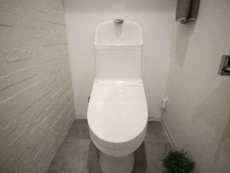 プライベート空間として機能や内装にこだわった、シンプルで優しい雰囲気のトイレ。