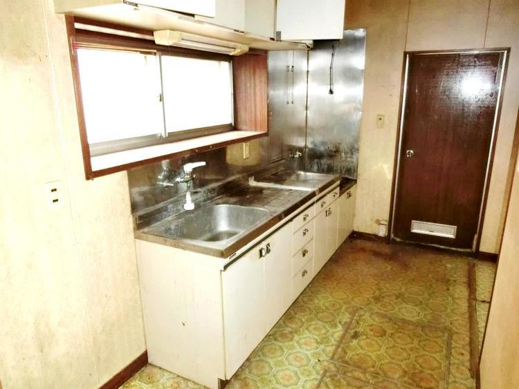 キッチンには窓があり明るく、風通し・換気も良好。