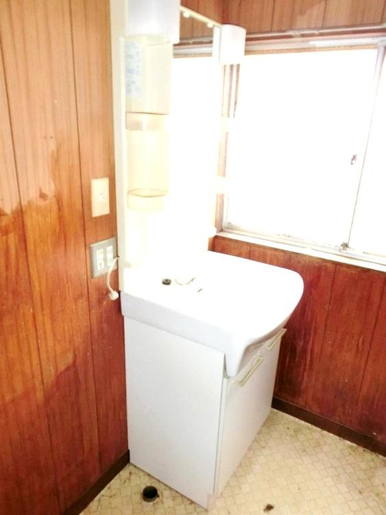 白を基調とした清潔感のある洗面台です。