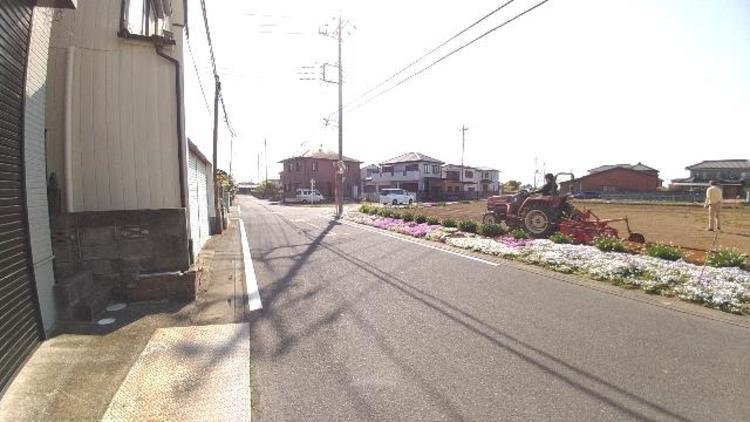 前面道路は幅員約6mございます。