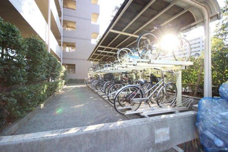 広々とした駐輪場は、自転車の出し入れがスムーズに行えます。毎日の外出が楽しくなりそうですね。