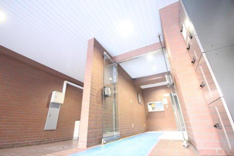 光注ぐロビーは高級感と安心を兼ね備えた空間となっており、このマンションの魅力のひとつです。