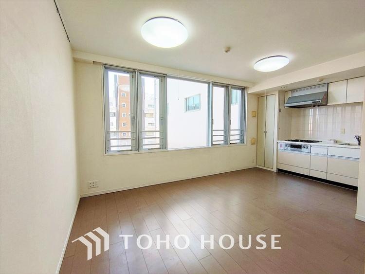 ◆輝く◆ドアを開けた先に広がる家族やすらぎのプライベート空間。広く開放されたWindow・Balconyから射しこむ眩いばかりの陽光が、13.7帖のリビング空間を鮮やかに映し出していきます。