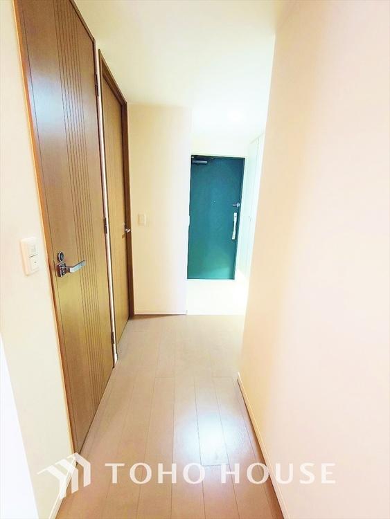 ◆玄関◆タイル調のシックでエクセレントな玄関。お出かけ、ただ今の時に必ず通る場所だから、随所にこだわりが見えます。印影が美しく光をアレンジした素敵なエントランス