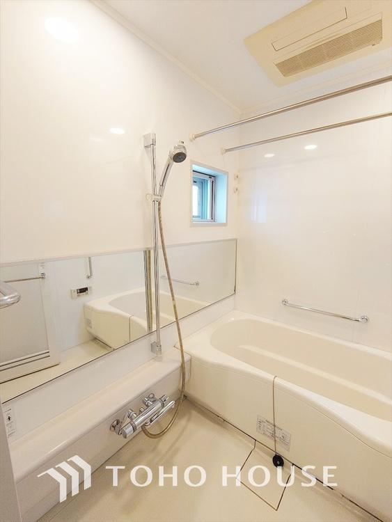 ◆【Bathroom】浴乾機付お風呂◆スライドシャワーで高さ調整が可能。雨の日に洗濯物を乾かせ同時に室内を乾燥しカビの抑制と暖房機能で入浴前に暖めヒートショックを抑制できます。