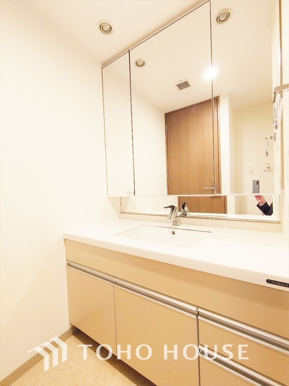 ◆独立洗面台◆十分な大きさの洗面台は収納もさる事ながら、身だしなみチェックや歯磨きなど、朝の慌ただしい時間でもホテルライクなスペースで余裕とゆとりを感じて頂けます。
