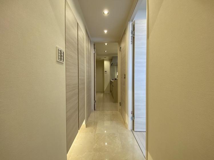 玄関はお家の顔としてすっきりとした素敵な空間に。印象のよい玄関は爽やかな住まいへの入口です。