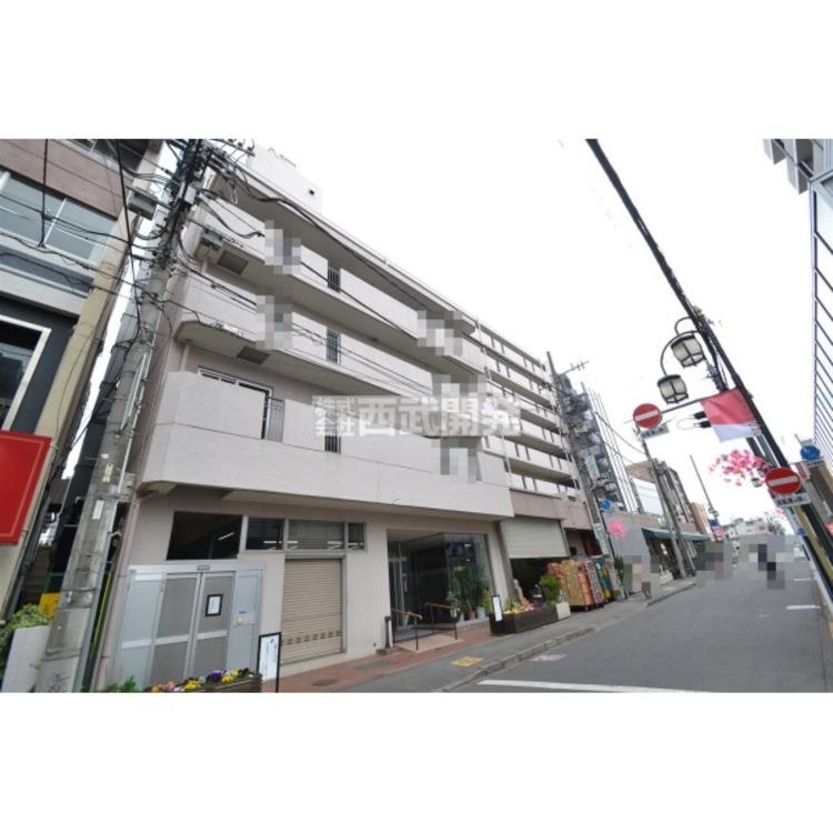 駅前には商店街があり、スーパーや郵便局など生活に必要な施設が多数あります。