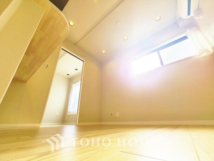 家族の個性と思い出溢れるリビングは自分たちでデコレーション。シンプルな空間を好みのインテリアとファニチャーで。雰囲気は間接照明にお任せを。
