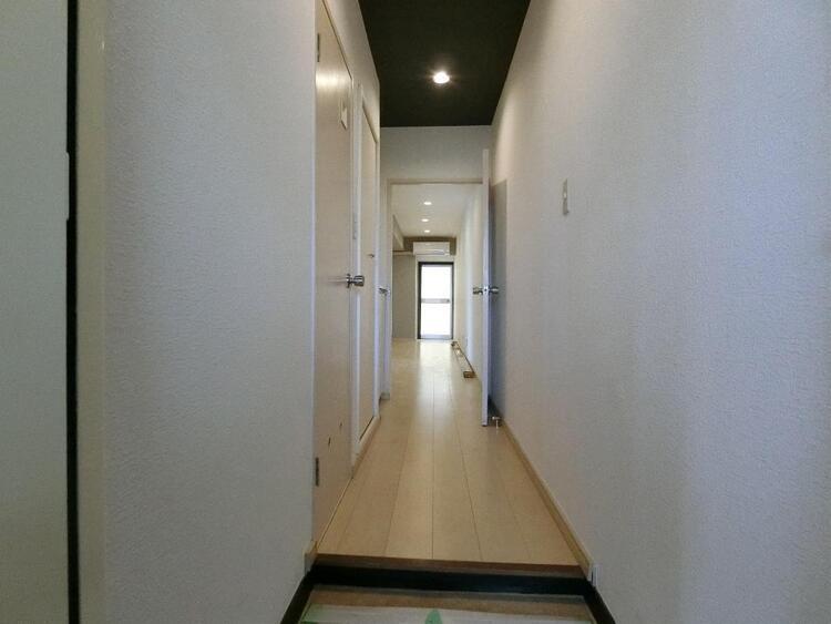 玄関からリビングに続く廊下です。
