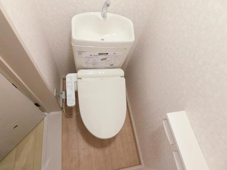 シャワー洗浄機能付のトイレは、清潔感が印象的な空間ですね。