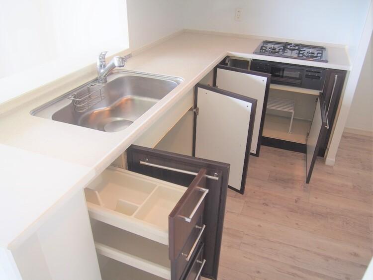 キッチンの備え付け収納。調理器具を大きさに分けて分類収納可能。