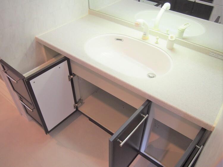 洗剤のストックなどをしまっておける収納のついた洗面台。