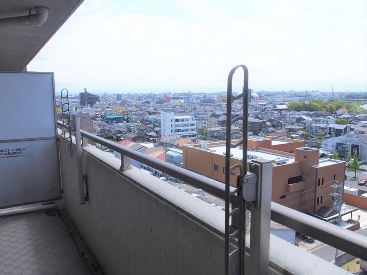 最上階バルコニー部分からの眺望。前面に高い建物が無いので、視界が開けています。