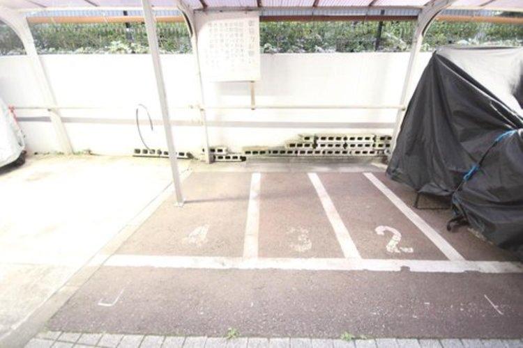停めやすいバイク置場です。