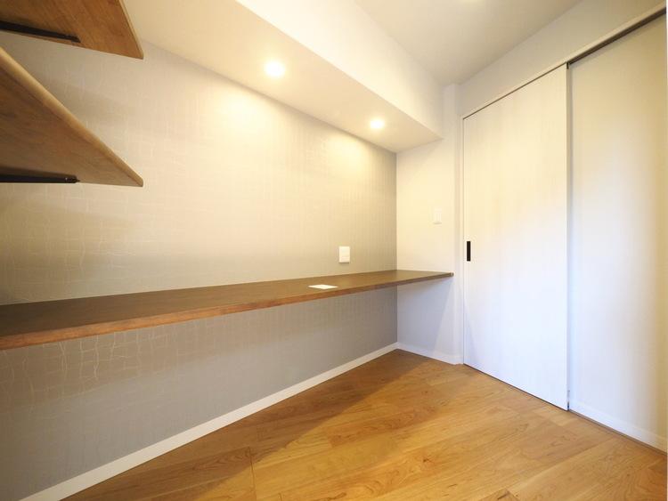 リビング横には在宅ワークにも使えるマルチスペースを新設しました。ウォークインクローゼットとしても利用可能です