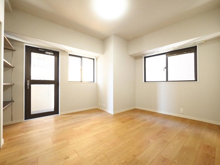 「1日中自然光が差し込む明るい家」。それを実現するために、最大限の開口部と窓を設け、太陽の位置に左右されることなく爽やかな明るさが実現されております。いつも笑顔あふれる空間に—。