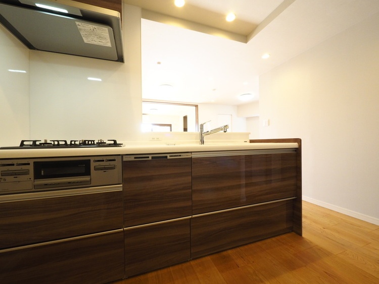 キッチンは収納数もさる事ながら、リビングで寛ぐ家族や小さなお子様を見守りながら料理が出来る「対面式の温もり設計」。キッチンから立ち込める香りが今日の料理を期待させます。
