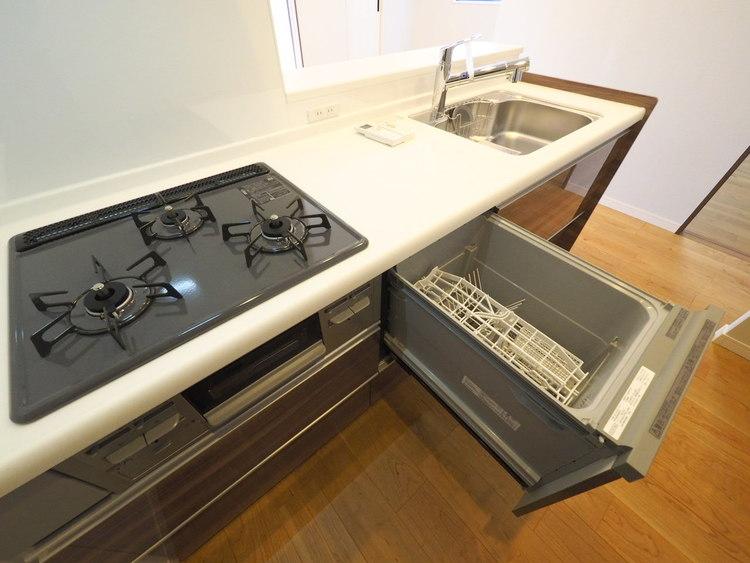 食器洗い乾燥機は手洗いに比べ水道代や洗剤代が抑えられて経済的。また、腰をかがめることなく、ラクに食器の出し入れが出来る引き出しタイプです。