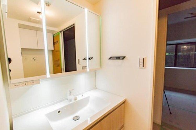 洗面台も新規交換。大きな鏡に映る自分自身の身支度がしっかりできそうですね。