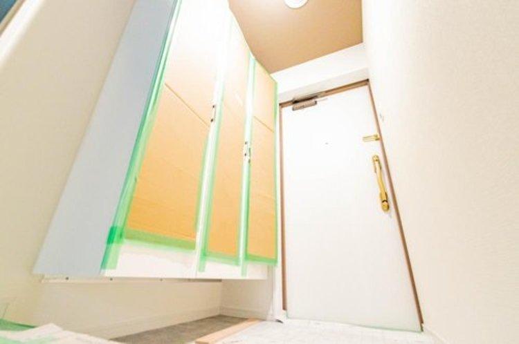 玄関口には大容量のシューズクローク。すっきりな玄関スペースを維持してください。