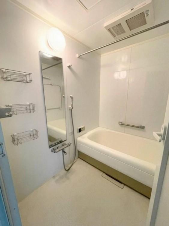 一日の疲れを癒すバスルームは浴室乾燥機付きでいつでも快適バスタイム